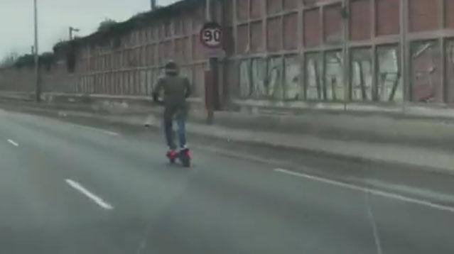 Un homme filmé sur une trottinette électrique lancée à près de 86 km/h sur l'A86