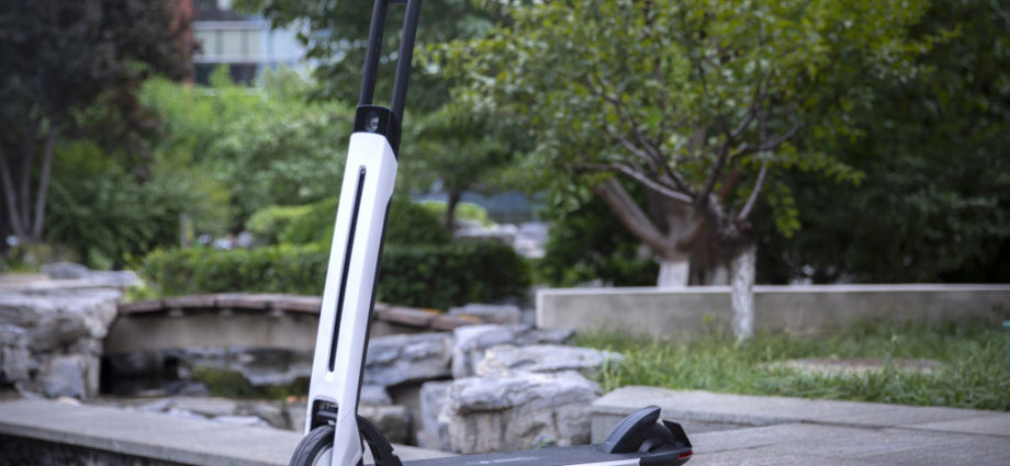 une trottinette électrique qui roule avec un régulateur de vitesse autonome